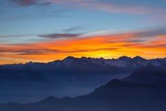 Siluetta della montagna e cielo sbalorditivo al tramonto Fotografie Stock Libere da Diritti