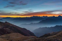 Siluetta della montagna e cielo sbalorditivo al tramonto Immagini Stock Libere da Diritti