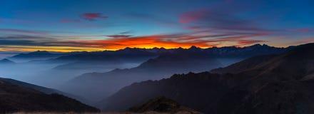 Siluetta della montagna e cielo sbalorditivo al tramonto Immagine Stock Libera da Diritti