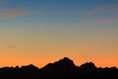 Siluetta della montagna nella postluminescenza Fotografia Stock