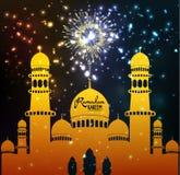 Siluetta della moschea in cielo notturno con i fuochi d'artificio crescenti Immagine Stock Libera da Diritti