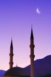 Siluetta della moschea e della luna sopra il cielo Fotografia Stock Libera da Diritti