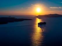 Siluetta della nave da crociera alla luce di tramonto Immagini Stock Libere da Diritti