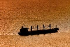 Siluetta della nave sul mare al tramonto a Batumi, Georgia Immagini Stock Libere da Diritti