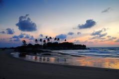 Siluetta della palma alla spiaggia durante il crepuscolo Immagini Stock Libere da Diritti