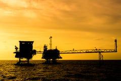 Siluetta della piattaforma petrolifera Fotografia Stock