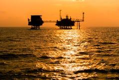 Siluetta della piattaforma petrolifera Immagini Stock Libere da Diritti