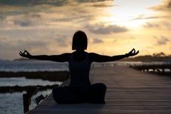 Siluetta della posizione di yoga Immagini Stock