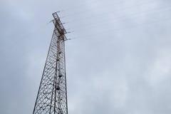 Siluetta della posta di elettricità sul fondo del cielo blu, colpo di angolo basso, palo elettrico ad alta tensione, alimentazion Immagine Stock Libera da Diritti