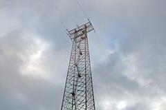 Siluetta della posta di elettricità sul fondo del cielo blu, colpo di angolo basso, palo elettrico ad alta tensione, alimentazion Immagini Stock Libere da Diritti