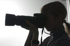 Siluetta della ragazza ad una lezione di photoschool fotografia stock libera da diritti
