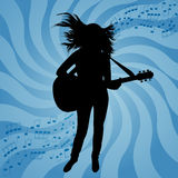 Siluetta della ragazza con una chitarra Fotografie Stock Libere da Diritti