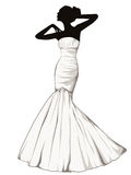 Siluetta della ragazza elegante in un vestito da sposa Immagini Stock
