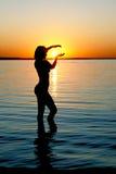 Siluetta della ragazza sul tramonto Immagine Stock