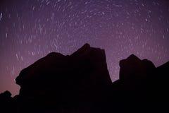Siluetta della roccia e polaris rotondo delle tracce della stella Fotografie Stock Libere da Diritti