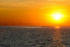 Siluetta della stazione di energia eolica. Fotografie Stock