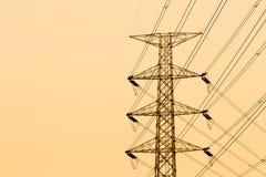 Siluetta della struttura elettrica ad alta tensione del palo Immagini Stock