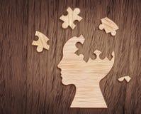 Siluetta della testa umana con un pezzo del puzzle tagliato immagine stock