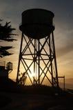 Siluetta della torre di acqua di Alcatraz Immagine Stock