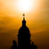 Siluetta della torre di chiesa nel tramonto Immagine Stock