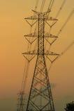 Siluetta della torre elettrica ad alta tensione Fotografia Stock