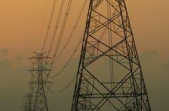 Siluetta della torre elettrica ad alta tensione Immagini Stock