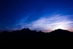 Siluetta delle alte montagne Immagini Stock Libere da Diritti