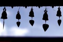 Siluetta delle campane al tempio su cielo blu in Tailandia Fotografie Stock Libere da Diritti