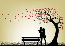 Siluetta delle coppie di datazione sotto l'albero di amore Fotografia Stock Libera da Diritti
