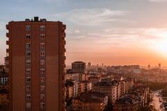 Siluetta delle costruzioni di appartamento contro il cielo variopinto al tramonto Fotografie Stock Libere da Diritti