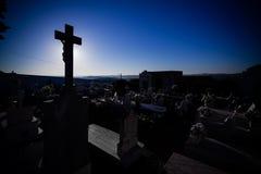 Siluetta delle lapidi su un cimitero cattolico tipico Fotografia Stock