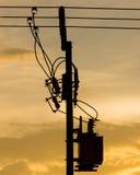 Siluetta delle linee elettriche e dei cavi elettrici del palo Fotografie Stock