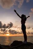 Siluetta delle mani aperte della donna su Fotografie Stock