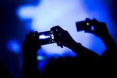 Siluetta delle mani che registrano una manifestazione Fotografia Stock