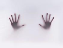 Siluetta delle mani su una priorità bassa nebbiosa Fotografia Stock Libera da Diritti
