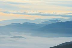 Siluetta delle montagne ad alba, Apennines, Umbria, Italia Immagini Stock