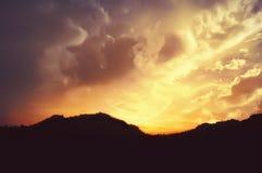 Siluetta delle montagne, cielo stairy Fotografia Stock