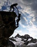 Siluetta delle ragazze che scalano sulla roccia Immagine Stock Libera da Diritti