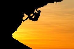 Siluetta dello scalatore nel tramonto Fotografie Stock Libere da Diritti