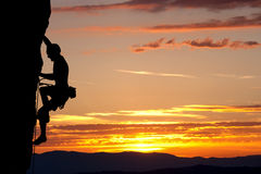 Siluetta dello scalatore su parete rocciosa Fotografia Stock Libera da Diritti