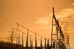 Siluetta dello statio ad alta tensione di trasformazione e della centrale elettrica Fotografie Stock Libere da Diritti