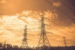 Siluetta dello statio ad alta tensione di trasformazione e della centrale elettrica Immagine Stock
