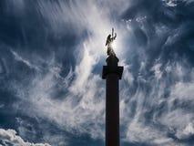 Siluetta di angelo sulla colonna di Alexander, San Pietroburgo, Russia a immagini stock libere da diritti