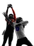 Siluetta di azione del passaggio di due giocatori di football americano fotografie stock libere da diritti