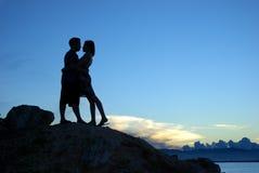 Siluetta di baciare delle coppie Fotografie Stock