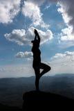 Siluetta di bella donna di yoga Fotografia Stock