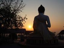 Siluetta di Buddha indietro sul tramonto Immagini Stock