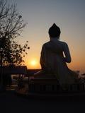 Siluetta di Buddha indietro sul tramonto Fotografia Stock Libera da Diritti