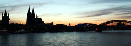 Siluetta di Colonia con la cattedrale al tramonto fotografie stock libere da diritti