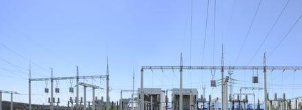 Siluetta di contorno Sottostazione, centrale elettrica Linea ad alta tensione Pali, cavo Fotografie Stock Libere da Diritti